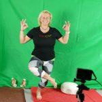 """TriloChi – eine Mischung aus Yoga, Tai Chi, Qi Gong und rhythmischer Sportgymnastik steht donnerstags mit Trainerin Gerlind Baum auf dem TelesportProgramm, das direkt aus dem """"düneSendezentrum"""" live übertragen wird. Foto: Grotheer/Gemeinde Loxstedt"""